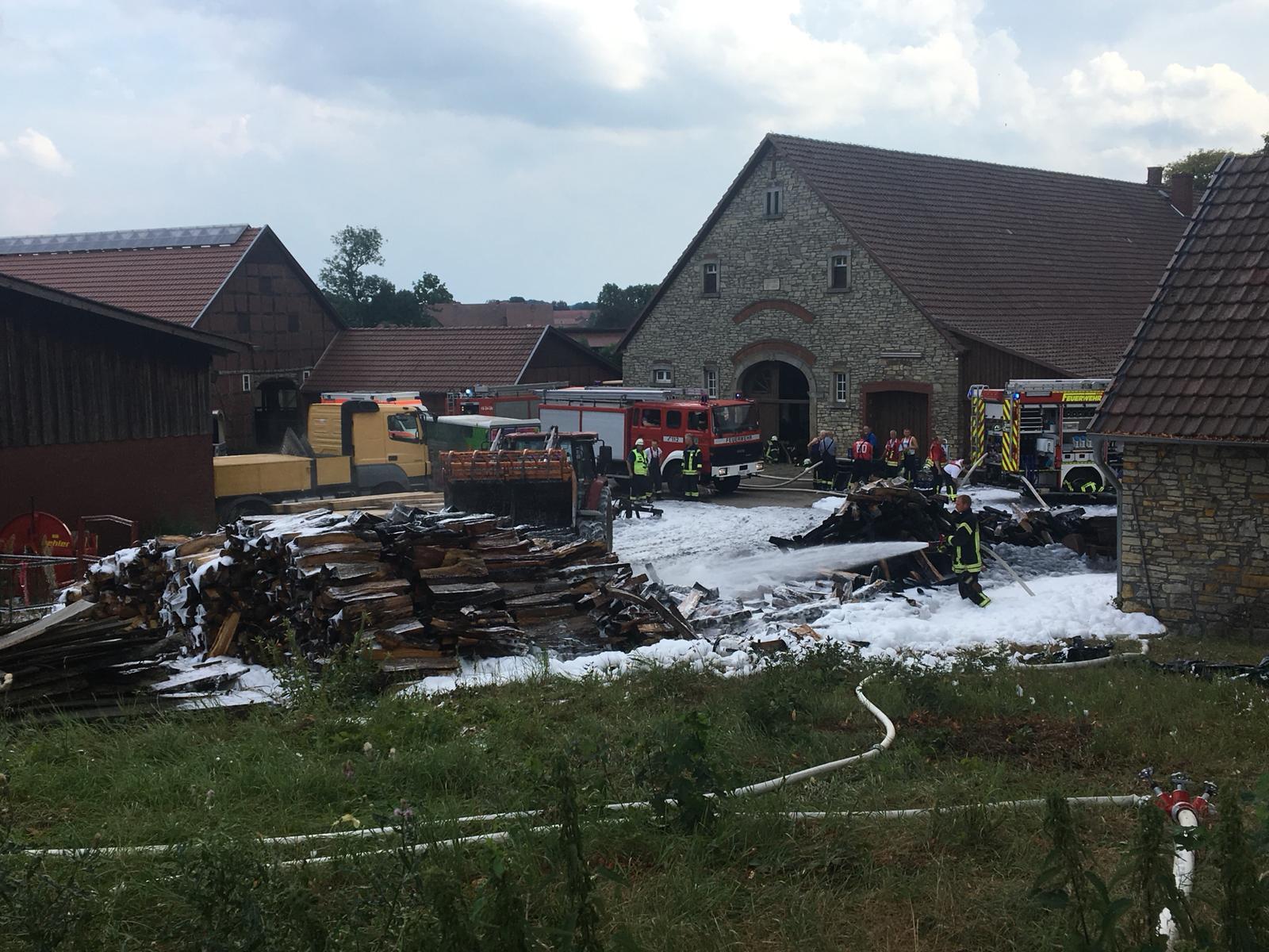 2018-07-28 Holzstapel brennt zwischen 2 Gebäuden