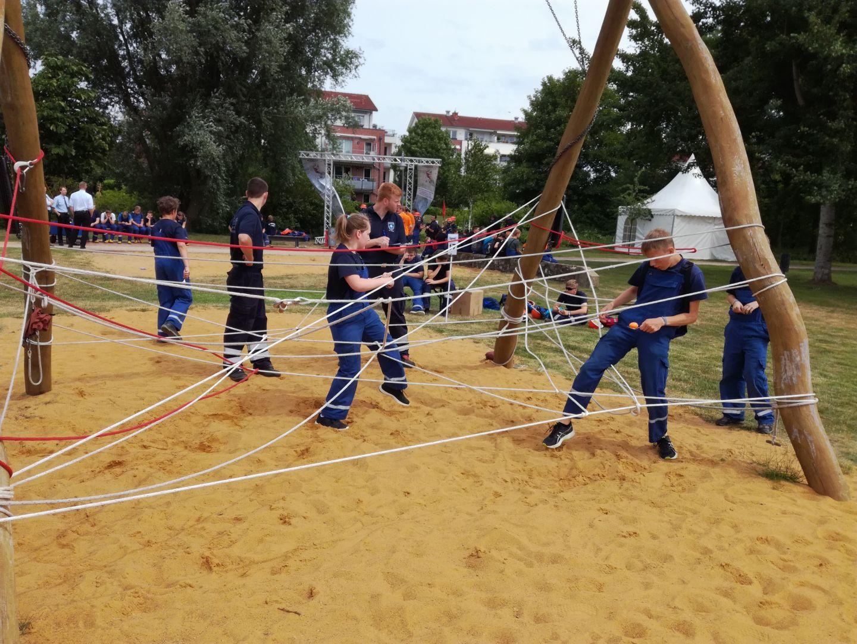 2018-06-16 Jugendfeuerwehr Spiel ohne Grenzen - Spinnennetz-Parcours (2)